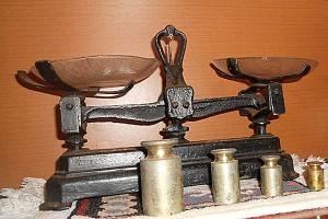 antiguidades-kit-balanca-antiga-de-ferro-e-4-pesos-de-chumbo-2